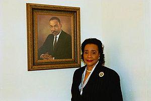 English: Coretta Scott King poses next to the ...