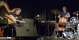 English: Fred Frith (left) and Chris Cutler pe...
