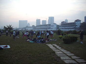 English: Early morning physical fitness enthusiasts at the Mahalaxmi racecourse in Mumbai.