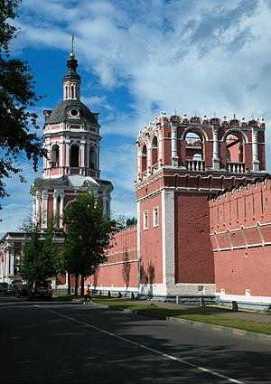 Стена и башня Донского монастыря (на втором плане — надвратная колокольня)
