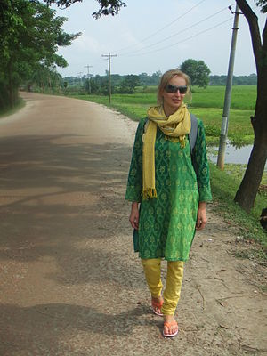 English: Western woman in Bangladesh wearing a...