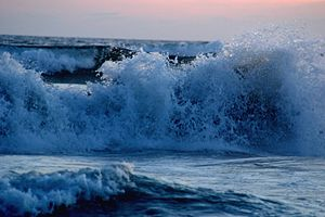 English: Waves breaking at Acapulco.