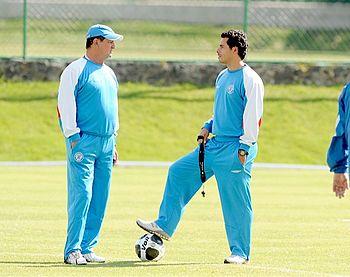 English: Enrique Meza [left] with his assistan...