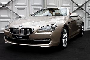 Français : La BMW 650i exposée devant le dôme ...