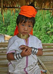 Garota padaung com os anéis no pescoço