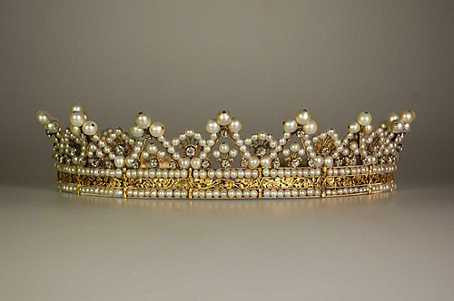 Diadem vs. Tiara - What's the difference? | Ask Difference