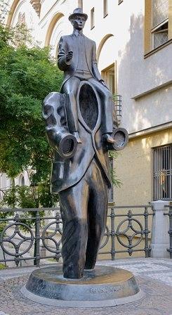 Kafka statue Prague» por Photo: Myrabella/Wikimedia Commons. Disponible bajo la licencia CC BY-SA 3.0 vía Wikimedia Commons