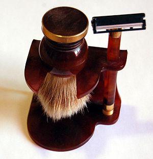 English: Shaving equipment Français : Rasoir e...