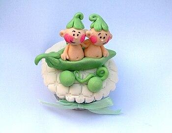 Two peas in a pod cupcake by Ana Fuji.