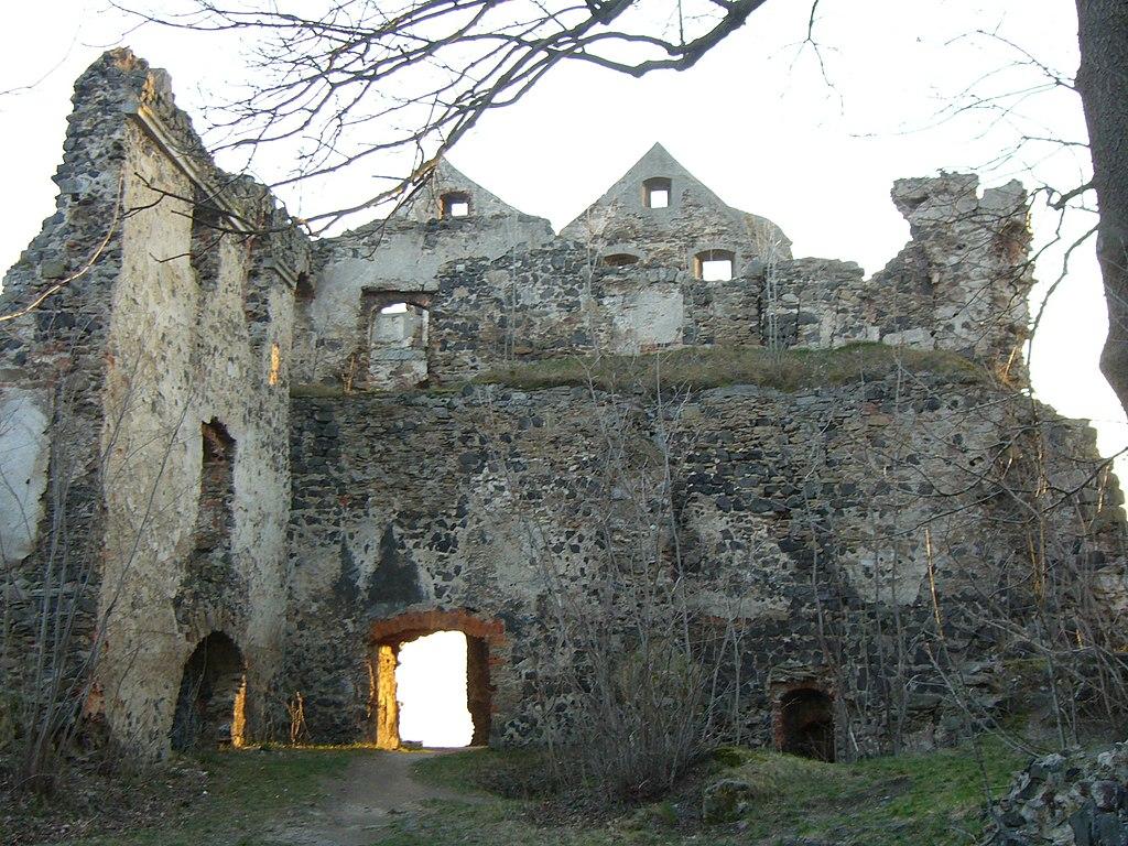 Najwyższa część ruin zamku o zachodzie słońca