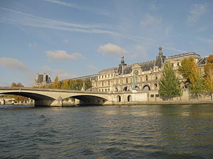 English: The Louvre museum as seen from the ri...