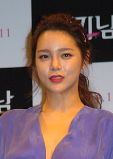 While the love lives and marriages of those around her unfold, a famous news anchor makes the controversial choice to become a single mother. Park Si Yeon Wikipedia