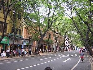 English: A Guangzhou street near Haizhu Square.