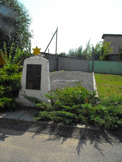 Памятник на месте массового убийства евреев Постав и Дуниловичей. Находится в Поставах на улице Ленинской (бывшая Браславская), напротив дома №145, на территории ДРСУ-132, где во время войны был железнодорожный переезд.