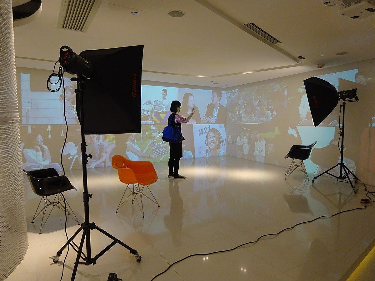File:HK 香港青年協會賽馬會 HKJC M21媒體空間 studio n lighting setting April 2016 DSC.JPG - Wikimedia Commons
