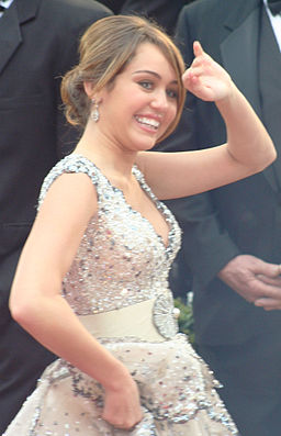 Miley Cyrus at the 2009 Academy Awards 04