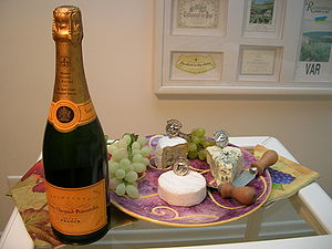 Champagne Veuve Clicquot - Bottle and chesses ...