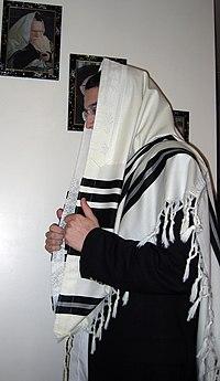 Le nouveau modèle de tallit actuellement utilisé par la majorité des juifs dans le monde