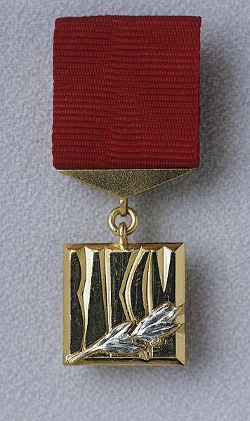 File:RIAN archive 468648 Sign of winner of Lenin Komsomol prize.jpg