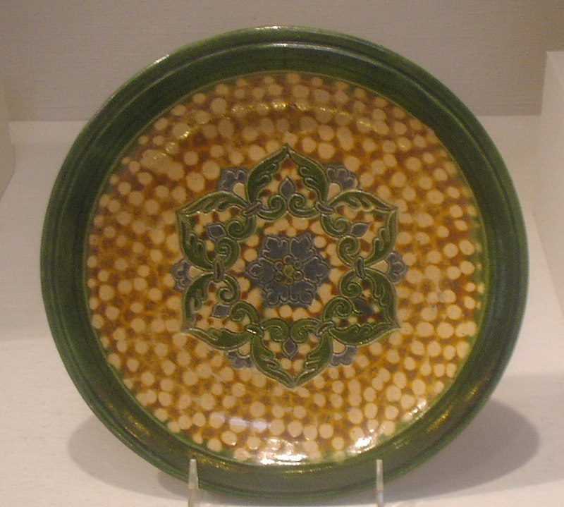 File:Earthenware dish with sancai glaze and rosette medallion, Tang Dynasty.JPG
