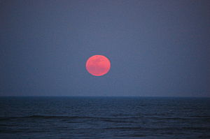 English: Supermoon rising over the Atlantic Oc...