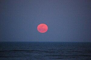 English: Supermoon rising over the Atlantic Oc...