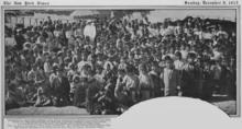 Groupe d'une cinquantaine de personnes, avec des enfants au milieu.