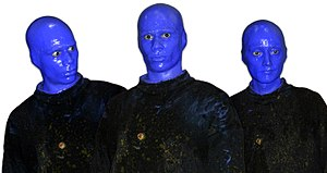Deutsch: Die Blue Man Group im Foyer des Theat...
