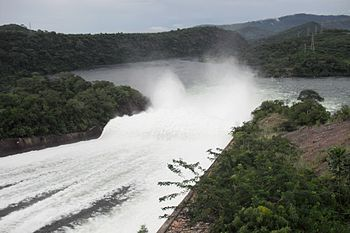English: The water is spilled from the Akosomb...