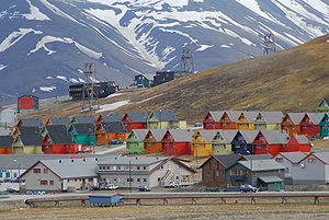 English: Rows of multicoloured homes in the to...