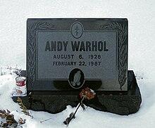 Warhols Grabstein auf dem Friedhof St. John the Baptist Byzantine Catholic Cemetery