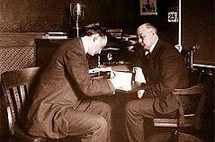 Cobb firmando contrato con Detroit en 1908.