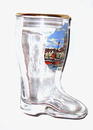 A German boot-shape beer-glass 中文: 德国靴形啤酒杯,当靴尖...