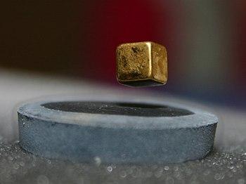 Namagnesowany przedmiot lewituje nad nadprzewodnikiem schłodzonym do -200 °C