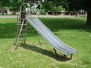 English: Playground slide, metal Deutsch: Spie...