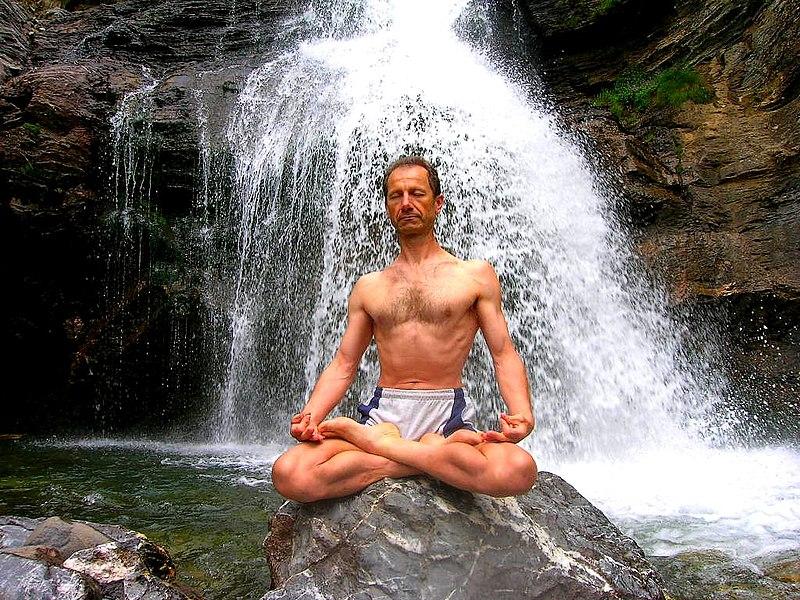 File:Tanumânasî en Meditacion Loto Padmasana.JPG