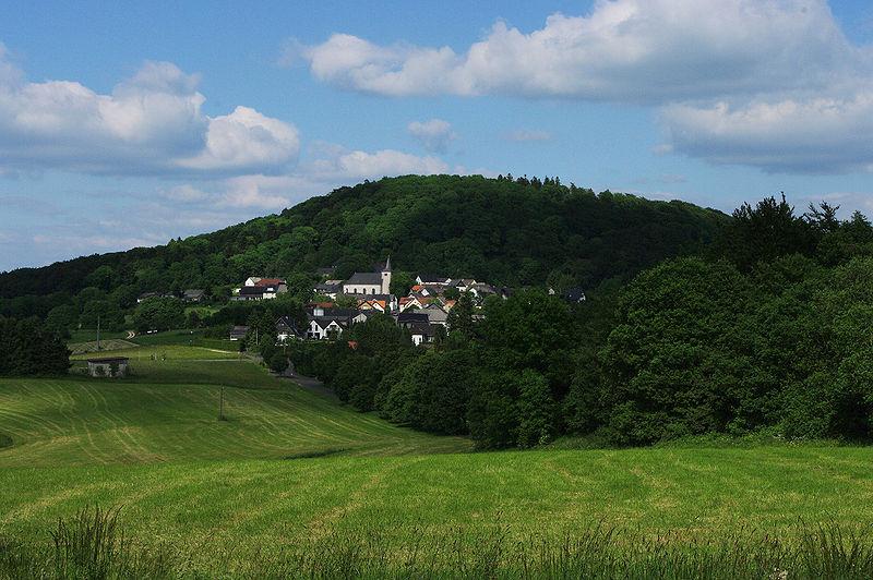 Blick auf die Ortschaft und den Vulkankegel Aremberg