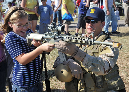 https://i0.wp.com/upload.wikimedia.org/wikipedia/commons/thumb/7/7e/US_Navy_091107-N-6214F-008_A_Navy_SEAL_shows_a_child_an_M4_carbine_during_the_2009_Veterans_Day_Ceremony.jpg/512px-US_Navy_091107-N-6214F-008_A_Navy_SEAL_shows_a_child_an_M4_carbine_during_the_2009_Veterans_Day_Ceremony.jpg