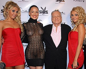 Hugh Hefner posing with Karissa Shannon, Dasha...
