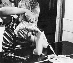 Taking milk from a Tetra Pak 1965 Svenska: Häl...