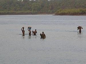 Português: Cruzando o rio durante a maré baixa...