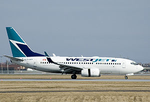 English: Westjet 737-700 landing at Montréal-P...