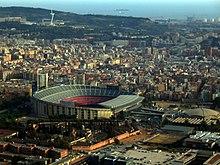 Barcelona stadion terlihat dari atas. Ini adalah kubah berbentuk besar dan asimetris.