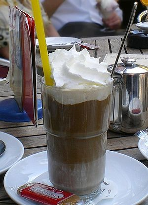 English: iced coffee Deutsch: Eiskaffee mit Sahne