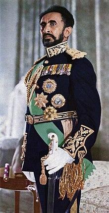 Haile Selassie en vestido completo.jpg