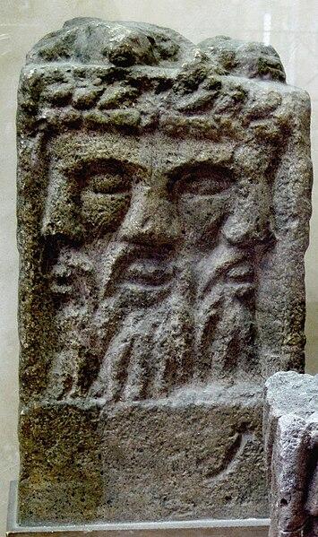 File:Autel tricephale MuseeStRemi Reims 1131a.jpg