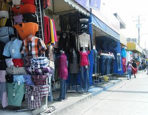 Español: Uriangato, la ropa que se vende en es...