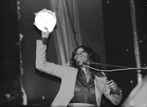 English: This is Gloria Jones performing with ...