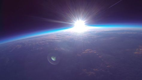 File:スペースバルーンで撮影した初日の出.jpg