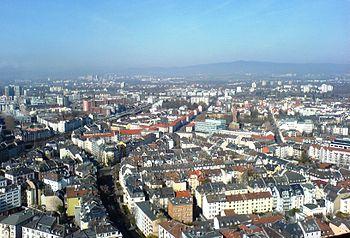 Deutsch: Frankfurt-Bockenheim (im Vordergrund)...